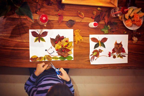 Basteln mit Kindern im Herbst - Bilder mit bunten Blättern kleben