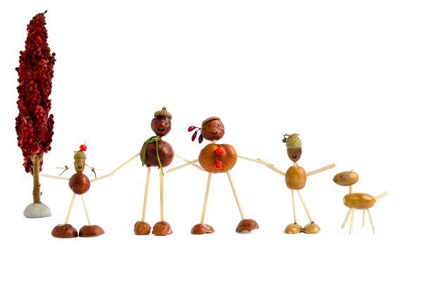 Basteln mit Kindern im Herbst - Familie aus Kastanienmännchen