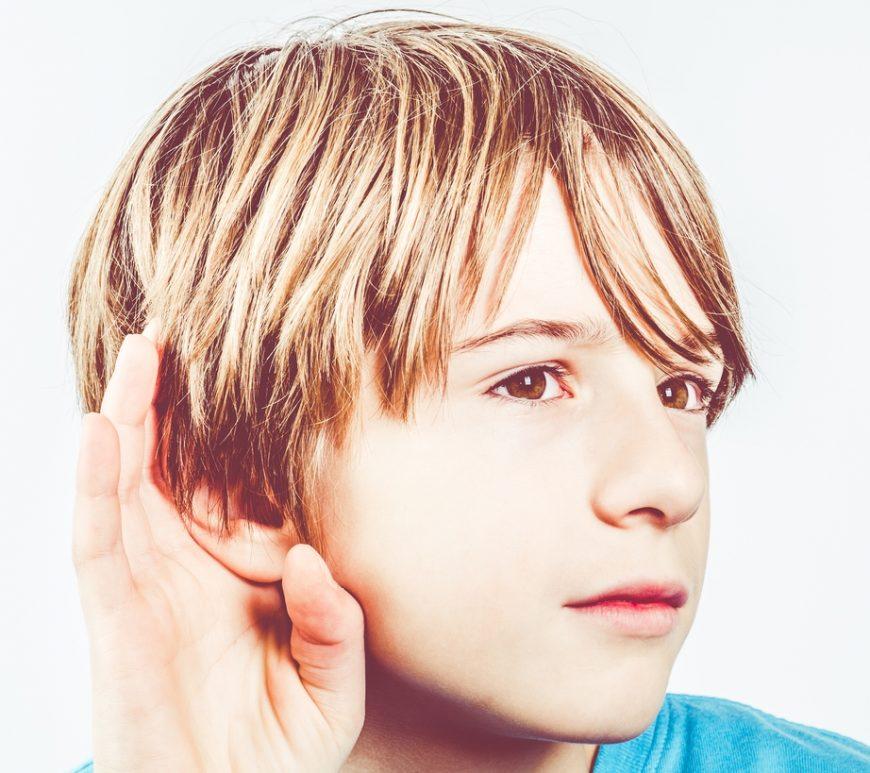 Sprache hängt mit dem Gehör zusammen