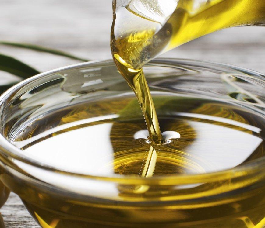 Raffiniertes und kaltgepresstes Öl