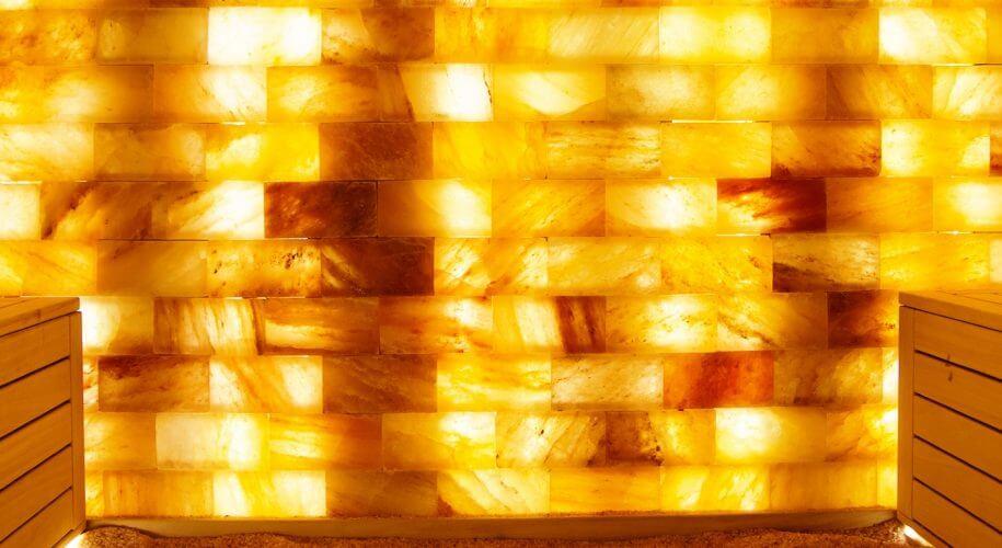 Spezielle Salzplatten werden in der Salzsauna verbaut.