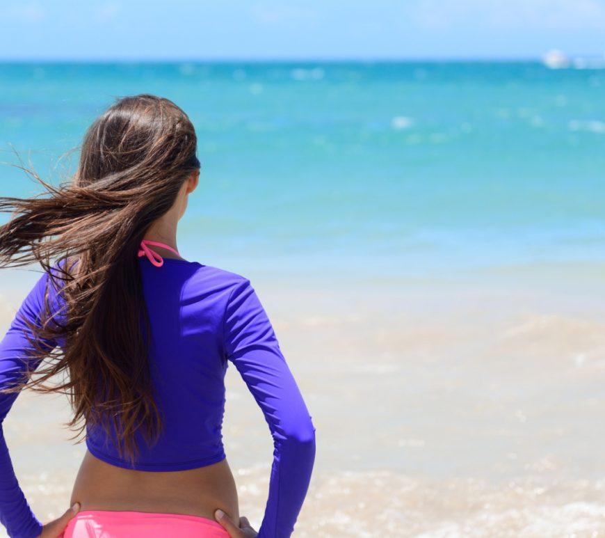 Schutz vor der Sonne ist nicht nur für Erwachsene, sondern auch für Kinder wichtig. Spezielle UV-Schutzkleidung soll genau das gewährleisten, aber funktioniert das auch in der Realität?