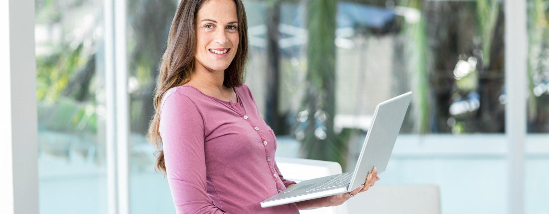 Ein höhenverstellbarer Schreibtisch kann schwangere Arbeitnehmerinnen entlasten